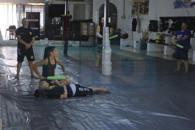 Reducido. Momento donde la instructora explica cómo derribar al agresor que tenía en sus manos un palo.
