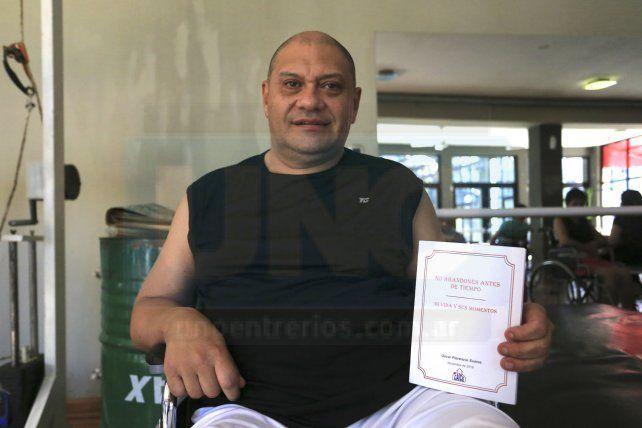 Con su obra. Oscar Suárez exhibe su libro no abandones antes de tiempo.
