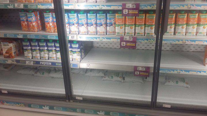 Faltantes. En las góndolas de distintos supermercados