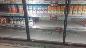 Faltantes. En las góndolas de distintos supermercados, donde se exhiben los sachets, hay muchos espacios vacíos.