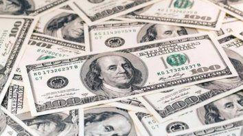 el dolar vuelve a alcanzar los 44 pesos y el riesgo pais sube otra vez