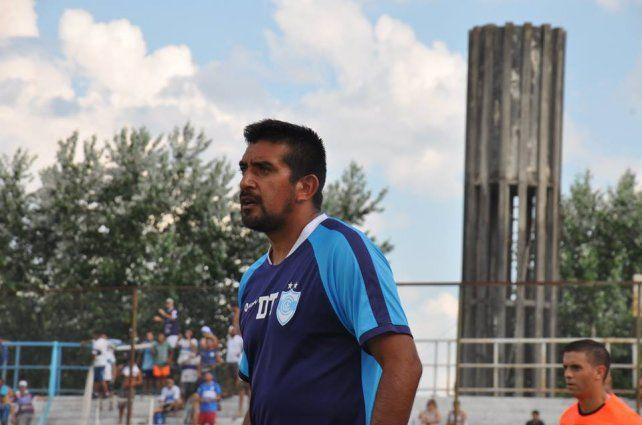 Norberto Acosta piensa en los titulares.