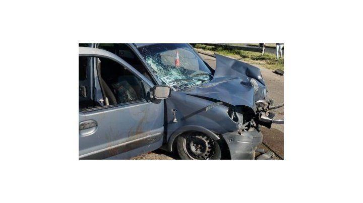 Violento accidente en avenida Uranga: Un utilitario chocó contra una columna y una moto