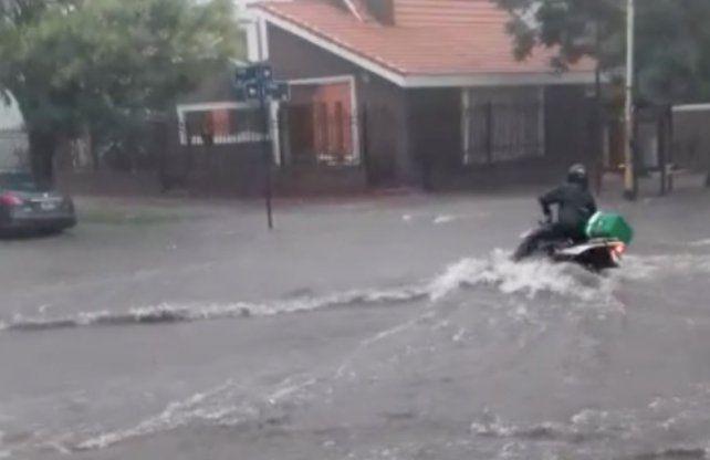 VIDEO   Un motociclista fue arrastrado por el agua en plena tormenta