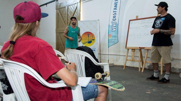 Agustín Pratti y Nahuel Martítez al frente de la clase que es seguida con atención por Nico Solís de Gualeguaychú.