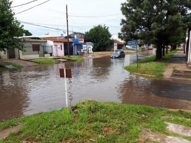 El agua queda estancada depués de la lluvia.