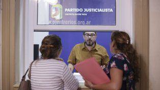 Venimos a anotarnos. El frente Creer Entre Ríos recibió las listas en la sede del PJ.