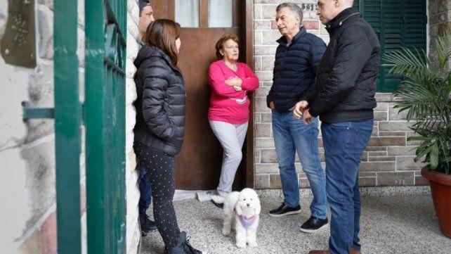 El presidente Macri hablando con los vecinos acompañado por Larreta.