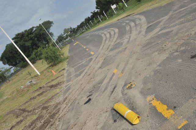 Las huellas de los automóviles sobre la senda peatonal.
