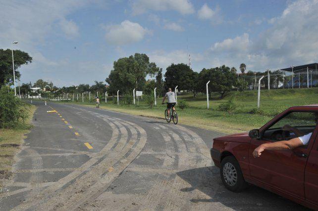 Autos y ciclistas conviven en la calle que pasa frente a la escuela de policía.