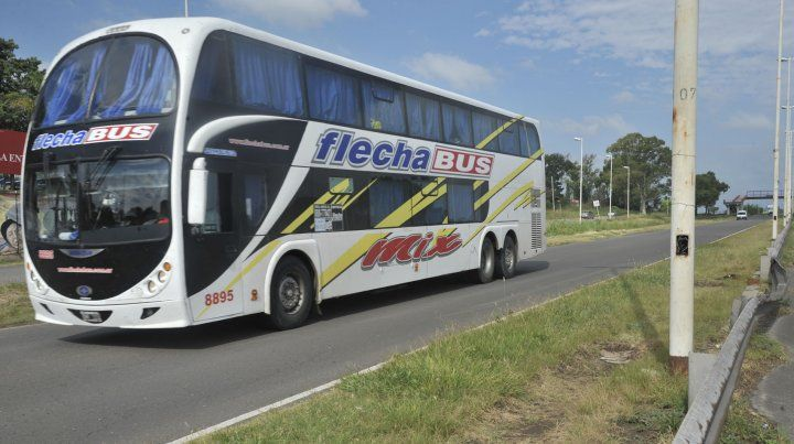 Un colectivo entrando a Paraná por la peligrosa avenida.