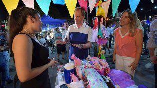 Apoyo. Bordet y la ministra durante una muestra frente a Casa de Gobierno para apoyar a los emprendedores.