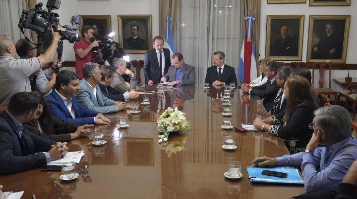 Gustavo Bordet firmó contratos para obras de infraestructura educativa, vial y gasífera