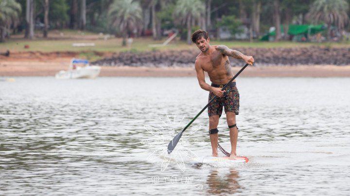 Pancho marcando la técnica en el agua planchada del Lago.