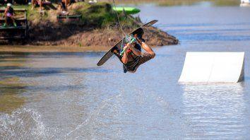 en la escuela fly de wakeboard se preparan para el dos orillas de cable