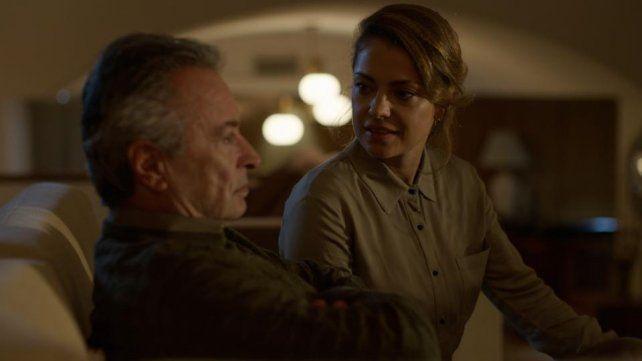 Enfrentados. Martínez y Fonzi son padre e hija en la ficción. Ella sospecha que su padre puede estar implicado en la muerte de su mamá.