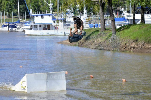 Buen truco. Gino Bearzi demostró ayer en el cable toda su calidad arriba de la tabla en el aire.