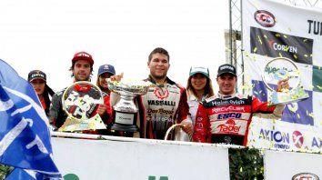 De estreno. Valentín, recibe su primer trofeo de ganador, flanqueado por Urcera y el piloto de Paraná.