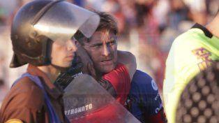 Respaldo. Bértoli recibe el cariño de uno de los auxiliares del cuerpo técnico después de la sufrida victoria de Patronato ante Huracán.