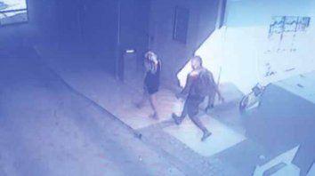 Rapaz. El abusador esperó, persiguió y atacó a la víctima cuando ingresaba por el pasillo de su edificio, y quedó registrado por la cámara.