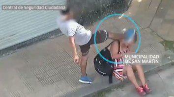 una brutal golpiza de un hombre a una mujer en plena calle