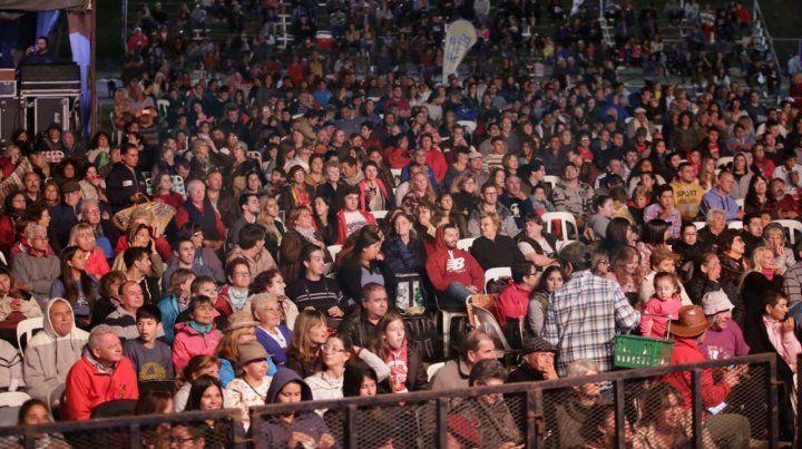 Una multitud en la segunda noche de la Fiesta Nacional del Mate