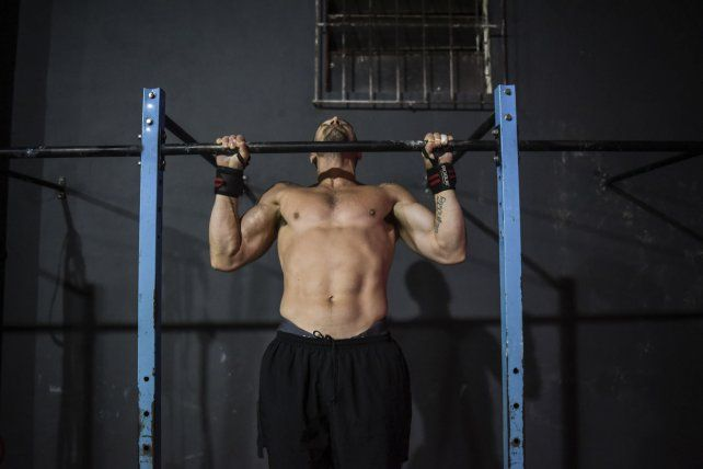 Juanma en el Pullup fortaleciendo brazo