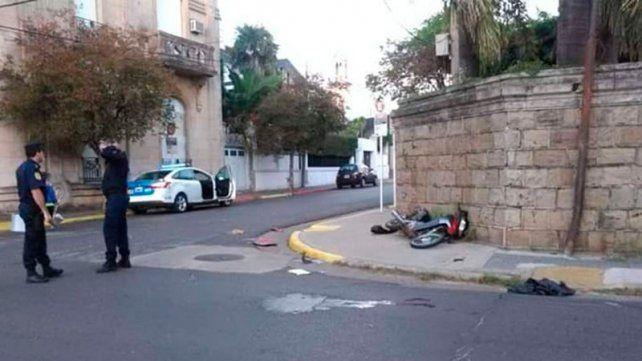 Arrepentido. El hombre que chocó la moto ayer se entregó a la tarde.