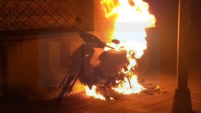 Prendieron fuego una motocicleta en una calle céntrica de Paraná