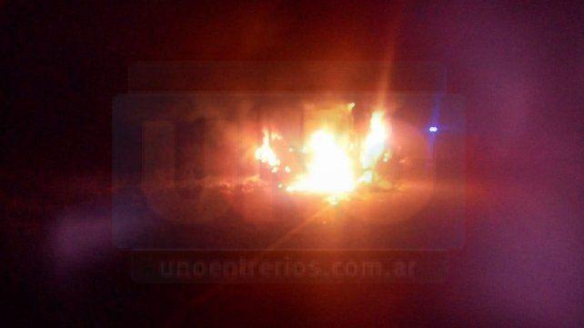 Por un cortocircuito un colectivo se incendió por completo en una ruta entrerriana