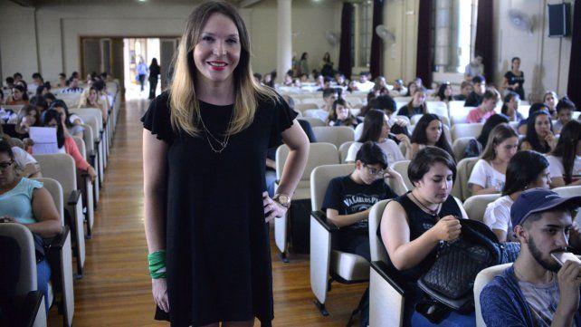 Victoria antes de comenzar la disertación en la Escuela Normal.