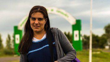 Maestra que recorre 240 kilómetros diarios a dedo, pide un cambio de horario