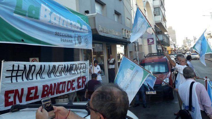 Bajo la consigna #NOALVACIAMIENTO se moviliza La Bancaria