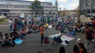 Estudiantes de Uader protestan por la falta de aulas para el cursado a días del inicio de clases