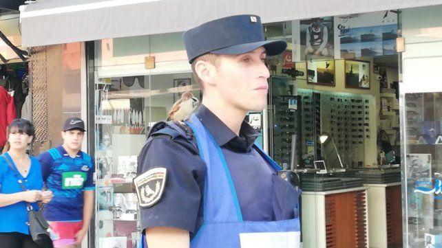 El video del policía alimentando al pajarito llevó a una reunión de los jefes