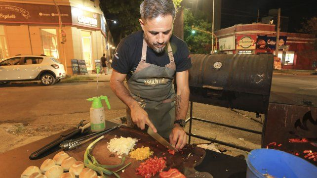 Chano maría cortando las verduras para la salsa criolla que acompañó el asado.