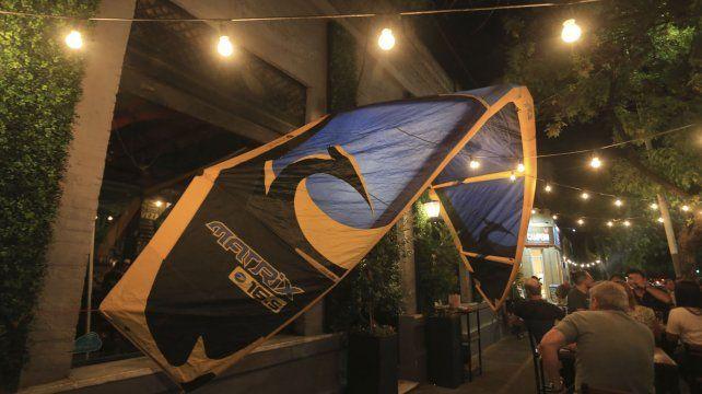 La cometa del kite en la puerta del pub.