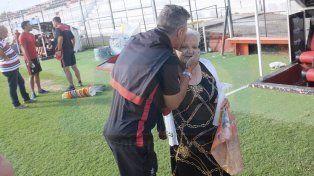 Junto al entrenador. Mario Sciaqua abraza a Doña Paula. Conocía hasta su pasado en Colón.