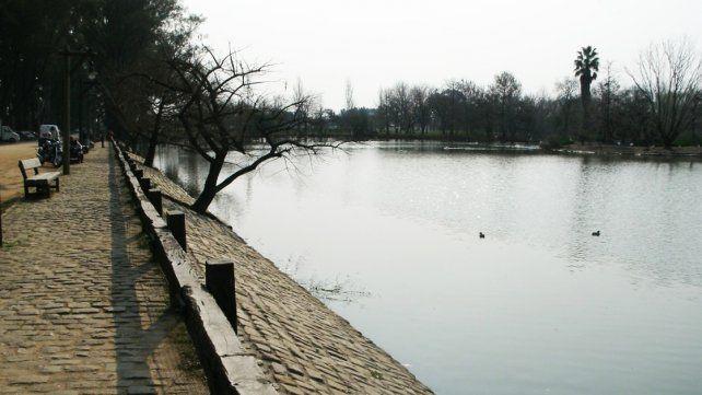 Investigan la causa de muerte de una mujer que apareció flotando en la laguna de Parque Unzué