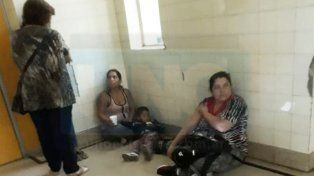 Pacientes de Traumatología del San Martín esperan su turno tirados en el piso