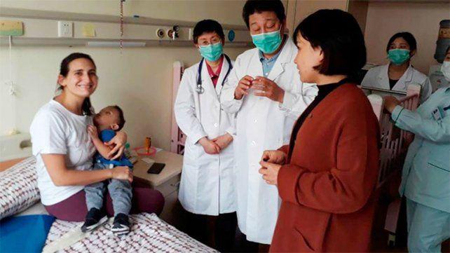 En China. Al cierre de la edición se sometía al primer implante.