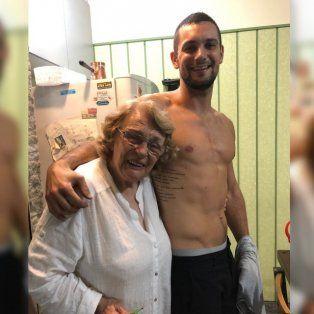 Se tatuó una nota que su abuela le escribió a su abuelo cuando falleció y su video emocionó a todos