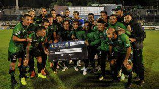 Los jugadores junto al cheque.