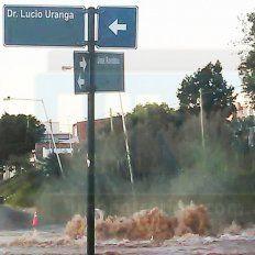 El pozo que se tragó una camioneta volvió a ser un peligro por importante pérdida de agua