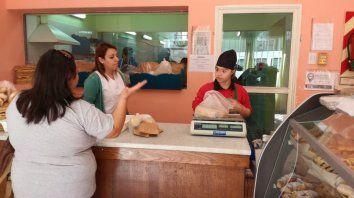 Derecho a trabajar. En la panadería de Apana no se hacen diferencias y la inclusión laboral es un hecho.