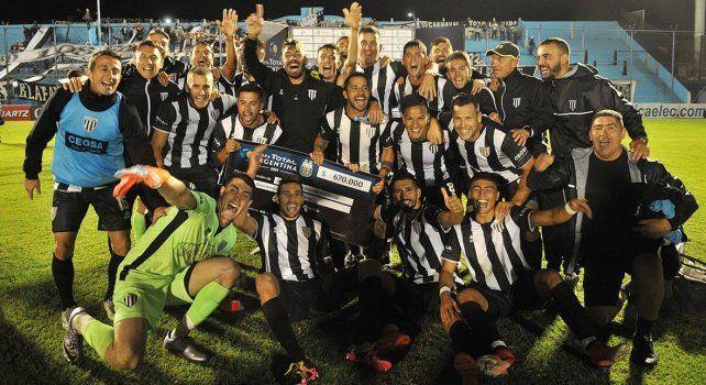 Con el premio. Lucas Márquez con el resto de sus compañeros de Gimnasia celebrando la clasificación exhiben el cheque que señala la cifra económica.
