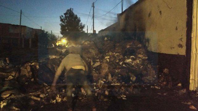 Incendiaron intencionalmente un depósito de venta de cartón