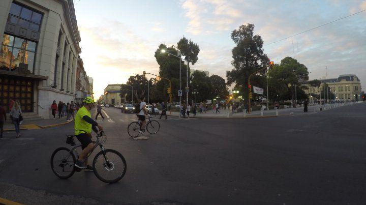En media hora una docena de ciclistas pasaron por la esquina de la plaza 1° de Mayo.