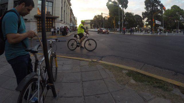 El ciclista ata la bici al poste de la esquina porque tampoco hay estacionamientos.