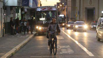 El ciclista busca un lugar para circular en la calle.
